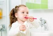 научить ребенка чистить зубы