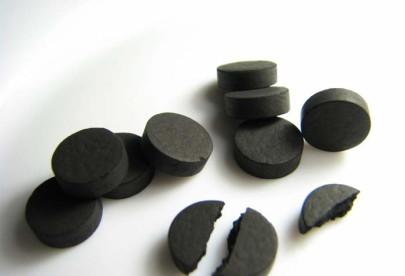 Может ли активированный уголь отбелить зубы