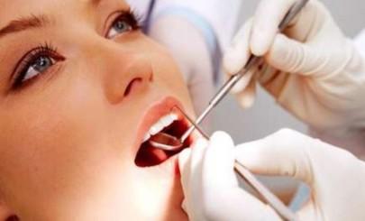 Необходимо посещать стоматолога два раза в году для профессиональной чистки зубов.