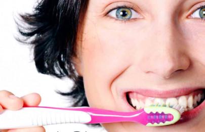 Мало просто прочищать зубы утром и вечером, необходимо делать это правильно, чтобы не навредить своей челюсти и деснам.