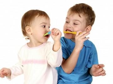 Для годовалого ребенка важен и пример родителей и старших братьев.