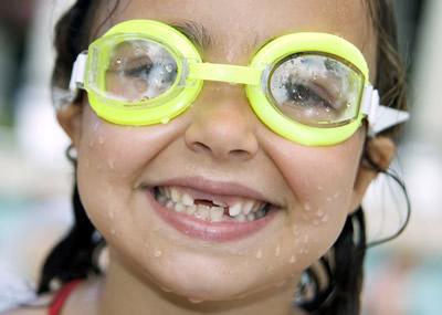 Правильный уход и контроль здоровья временных зубов станут гарантией правильного роста постоянных резцов.