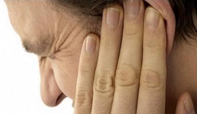 Если двумя пальцами массировать верхнюю часть уха с той стороны, с которой болит зуб, можно довольно быстро локализовать болевые ощущения.