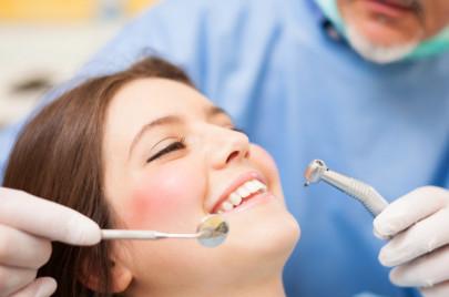 Чистка зубов у стоматолога рекомендована всем взрослым людям раз в полгода.