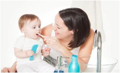 Зубы нужно чистить деликатными волнообразными и круговыми движениями. Это необходимо для того чтобы ни в коем случае не повредить зубную эмаль и десны ребенка.