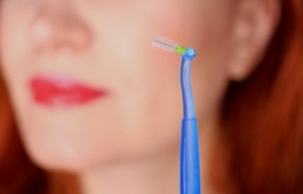 читска зубов ершиком