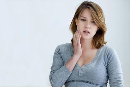 От чего может болеть под коронкой зуба